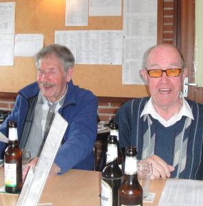 Wim Aalbers (r) met een mee genietende Kees van Rijs