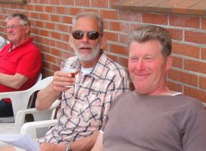 Theo Kämink winnaar Quiévrain, met zijn proostende kapper